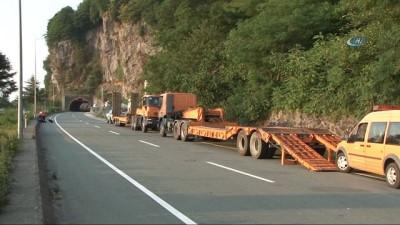 Heyelan nedeniyle kapanan Hopa-Sarp karayolu ulaşıma açıldı