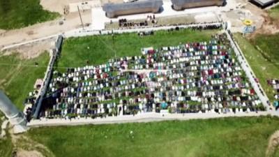 Kubbesiz ve çatısız 557 yıllık tarihi Kadırga açık hava cami'nde Cuma namazı kıldılar