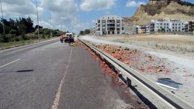 Aydın'da karpuz yüklü kamyonet devrildi