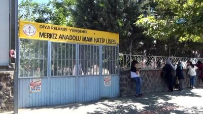 Öğrenciler sınavda, aileleri de dışarıda ter döktü
