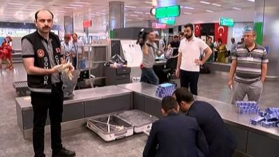 Havalimanında yolcu bagajından Buruma piton yılanı çıktı