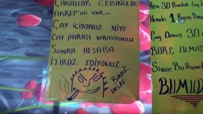 Müşterileri devamlı çayı kötüleyip veresiye teklif edince, çareyi kapıya not yazmakta buldu