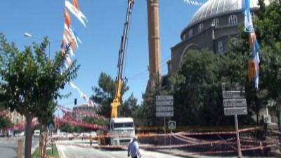 Yıldırım düşen minare onarılıyor