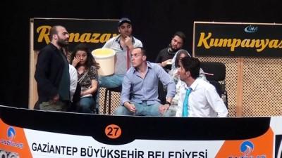 Belediye otobüsü şoförlerinden tiyatroculara taş çıkartan performans