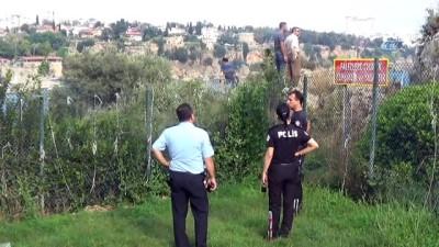 İntihar teşebbüsünde bulunan kişinin kendini metrelerce yükseklikten aşağı bıraktığı anlar kamerada