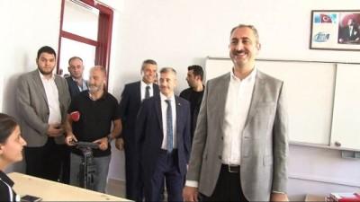 Adalet Bakanı Gül, öğrencilere karnelerini dağıttı