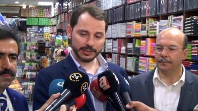 Enerji ve Tabii Kaynaklar Bakanı Berat Albayrak, esnafı gezip sorunlarını dinledi