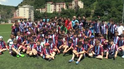 Fenerbahçeli Futbolcu Özbayraklı, Trabzonspor Borçka Futbol Okulu'nu ziyaret etti - ARTVİN