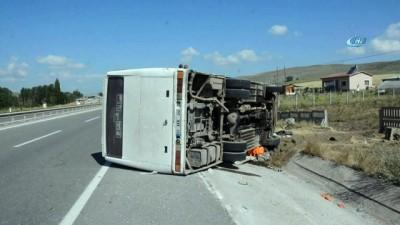 servis araci -  Sivas'ta tarım işçilerini taşıyan minibüs devrildi: 27 yaralı