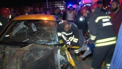 Ticari taksi otomobil ile çarpıştı: 5 yaralı