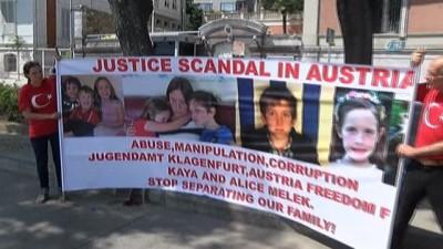 - Avusturya hükümeti tarafından çocukları ellerinden alınan çift oturma eylemi başlattı