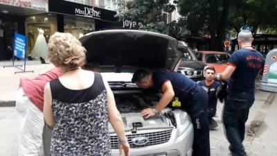 Otomobilin motor kısmına giren kedi herkesi seferber etti