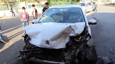 Sivas'ta otomobil ile tır çarpıştı: 6 yaralı