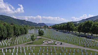 : Srebrenitsa soykırımının yıl dönümünde kimlikleri tespit edilenler için cenaze töreni