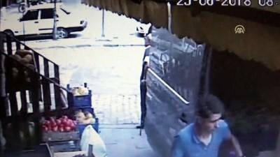 Balta ve bıçaklı saldırı anı, güvenlik kamerasında - KARABÜK