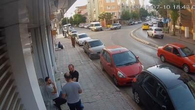 Virajı alamadı, park halindeki otomobile çarptı... O anlar kamerada