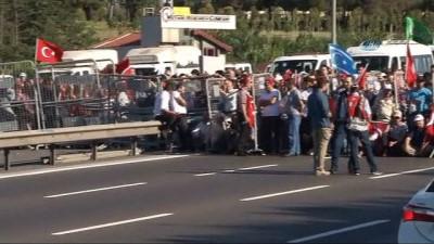 Vatandaşlar miting alanına girmek için bekliyor