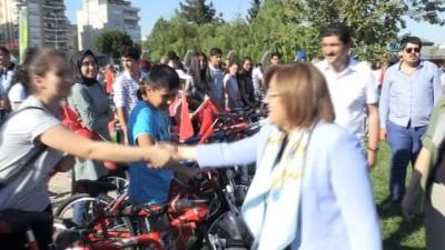 Büyükşehir, öğrencilere 300 adet bisiklet dağıttı