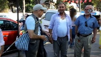 Görme engelli vatandaş darbuka çalıp türkü söyleyerek hayatını kazanıyor