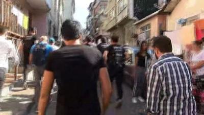 ozel harekat polisleri -  Kağıthane'de özel harekat polisli uyuşturucu operasyonunda kapılar koçbaşlarıyla kırıldı