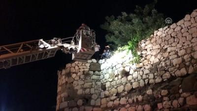 polis - Kalenin surlarında mahsur kalan gençleri itfaiye kurtardı - ÇORUM