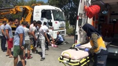 Manavgat'ta sürüklenen motosiklet Ters yönden gelen kamyonun altına girdi