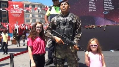 sehit -  Taksim Meydanı'nda duygulandıran anlar... Polis Memuru, Ömer Halisdemir'e minnetini böyle gösterdi