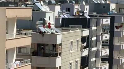 uttu -  Anahtarı evde unutunca çocuğunu çatıdan balkona sarkıttı... O anlar kamerada