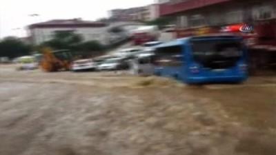 Çengelköy'de yağış nedeniyle yol çöktü, kaldırım taşları söküldü