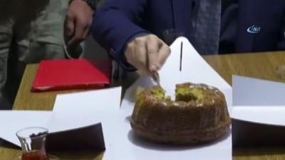 Milli Savunma Bakanı Akar, askerlere elleriyle kek ikram etti