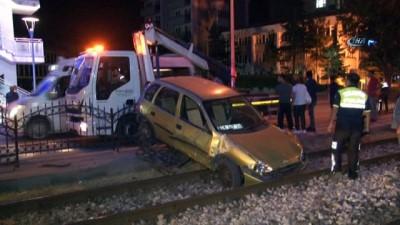 Otomobil tramvay yoluna uçtu, tramvay seferleri aksadı