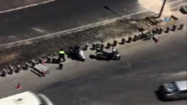 cep telefonu -  Trafik polisi kazaya neden olmasın diye kaldırım taşlarını yoldan kaldırdı