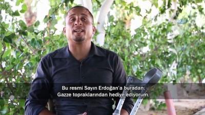 """- Erdoğan'ın portresini Gazze sahiline çizen engelli ressam İHA'ya konuştu - """"Erdoğan Gazze ve Filistin halkının yanında duran tek lider"""""""