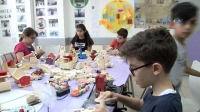 Minikler tatillerini Suriyeli yaşıtları için oyuncak yaparak geçiriyor