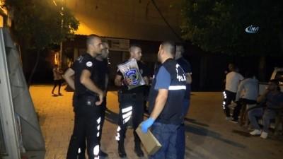 Polis yolda atılı vaziyette 1 kilogram esrar buldu