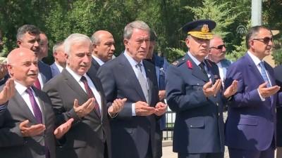 Milli Savunma Bakanı Akar, Kartal Askeri Şehitliği'ni ziyaret etti - KAYSERİ