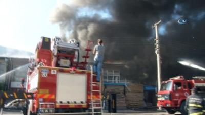 Mobilya atölyesinde çıkan yangın söndürülmeye çalışıyor