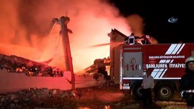 hastane -  OSB'deki bir iplik fabrikasında yangın çıktı... Çöken duvarın altında kalan 2 işçi yaralandı