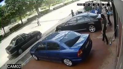 Tekmenin hedefi olan hırsızlık şüphelisi motosikletten böyle düştü