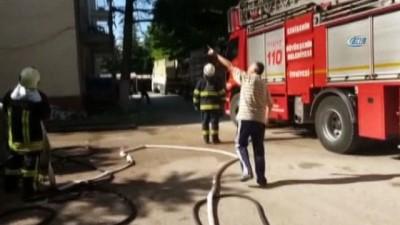 yangina mudahale -  Zift kağıtlarının tutuştuğu çatıda yangın çıktı