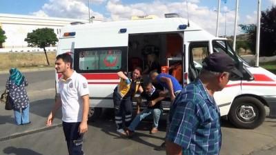 trol -  Lastiği patlayan pikap karşı şeritteki otomobile çarptı: 5 yaralı