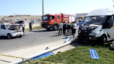İşçi servisi ile otomobil çarpıştı: 8 yaralı - KARAMAN