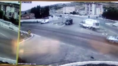 Ambulans kavşakta bekleyen minibüse çarptı: 5 yaralı - YOZGAT