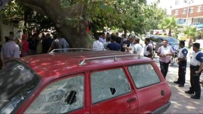 Antalya'da taşlı, sopalı, silahlı mahalle kavgası kamerada