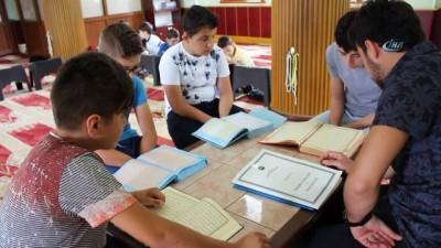 Camide düzenlenen zeka oyunları çocukları kuran kursuna çekiyor