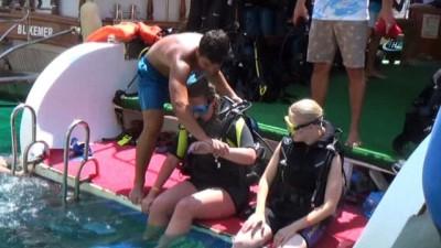 Turistlerin yeni gözdesi: 'Su altında ekmekle balık beslemek'