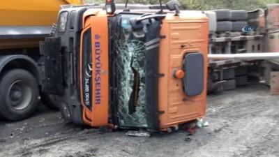Yol çalışması yapan damperli kamyon yan yattı