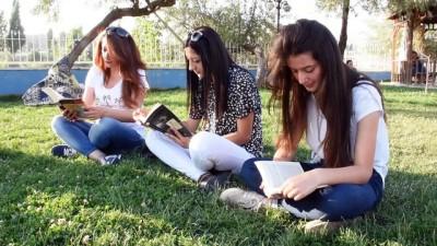 grup genc - Yüksekovalı gençler parkta kitap okudu - HAKKARİ