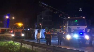 Kartal'da otomobilin çarptığı kamyonet devrildi: 2 yaralı - İSTANBUL