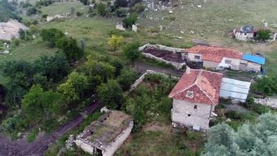 Koca mahalle onlara kaldı... Yaşlı çift elektriği ve suyu olmayan köyde yalnız yaşıyor